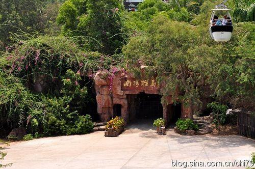 猴岛门口,游客坐缆车过来