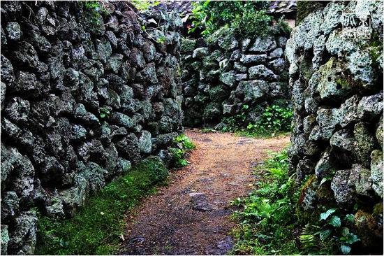 火山岩石搭建的围墙