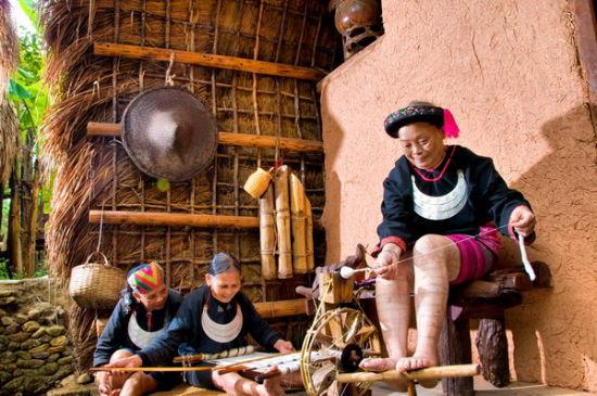 在做纺织的阿婆