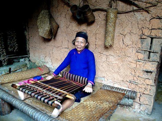 织布的阿婆 摄影:丁燕