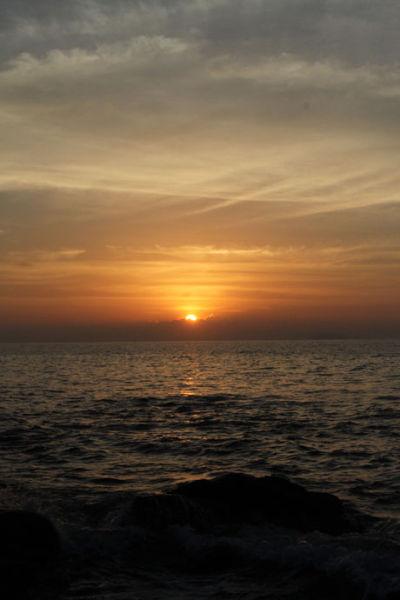 太阳露出半截了