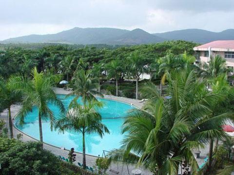 蓝洋温泉度假村泳池全景