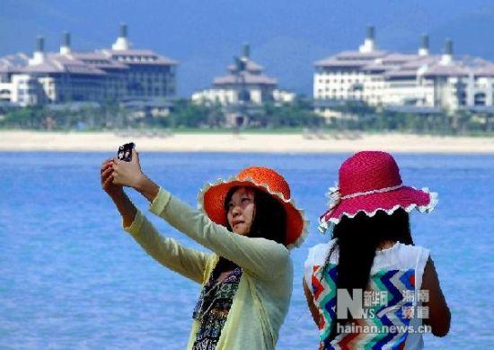 12月1日,在三亚市蜈支洲岛,两位女游客在海边自拍留影。