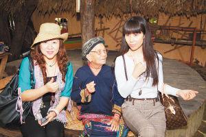 两岸诗人在保亭槟榔谷采风,女诗人潇潇(左)和施施然(右)与黎族阿婆合影。 海南日报记者 李幸璜 摄