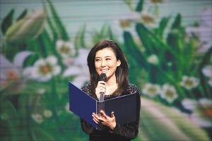 """在""""跨越海峡的呼唤""""—2012两岸音乐诗会上,央视主持人李红朗诵了桂冠诗人潘维的代表作《立春》。 海南日报记者 李幸璜 摄"""