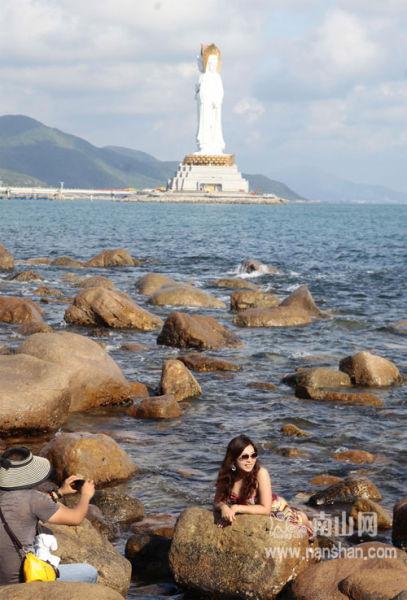 12月2日,游客在南山景区海边游玩。 陈文武摄