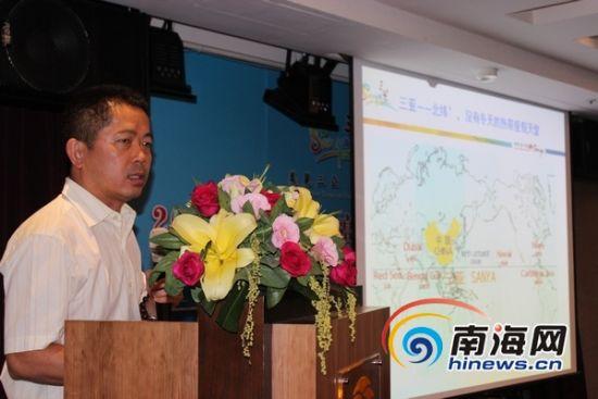 三亚市旅行社协会会长曾纪敏推介三亚旅游发展总体情况(南海网记者马伟元摄)