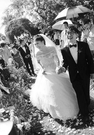 """11月23日,因参赛""""中国好声音""""而走红的歌手金志文在亚龙湾举行婚礼。 海南日报记者 苏建强 摄"""
