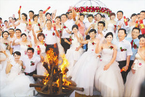在2012海口热气球旅游婚庆节上,100对爱侣在海口假日海滩举行婚礼。 海南日报记者苏晓杰摄