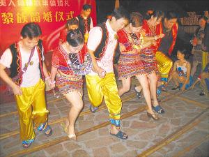 富有黎族风情的竹竿舞也能吸引新人的体验。
