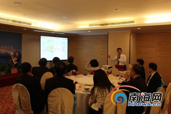 三亚市旅行社协会会长曾纪敏介绍三亚旅游发展情况(南海网记者马伟元摄)