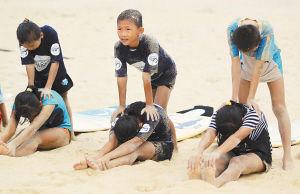 体能训练中的孩子们互相配合。