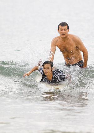 """法国人""""豆腐""""是孩子们的冲浪教练,也是他们的洋朋友。这些渔民的后代与""""豆腐""""因冲浪而结缘为师徒。"""