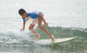 这些渔家孩子具有很好的冲浪天赋。
