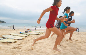 除了在大海中,孩子们还要在沙滩边进行各种体能训练。