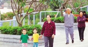 海甸溪北岸林木葱绿,市民在休闲散步。海南日报记者 李英挺 摄