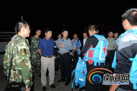 三亚市常务副市长林东率领三亚公安、海警、消防、救助等部门组成的联合搜救小组(海南海警二支队供图)