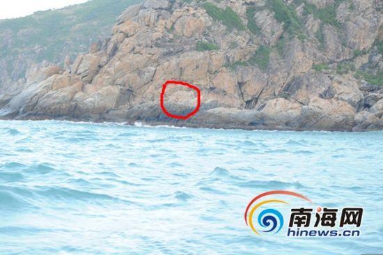 遇险人员攀爬到崎岖陡峭的峭壁上(海南海警二支队供图)