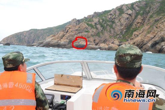 今早退潮后,救援人员发现目标继续施救(海南海警二支队供图)