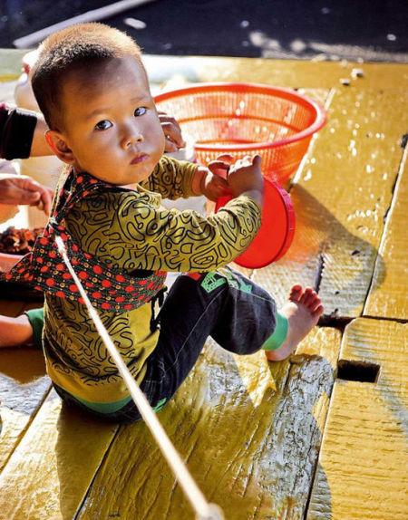 渔排上长大的小孩,都有过用一条线绳拴着度过的童年生活