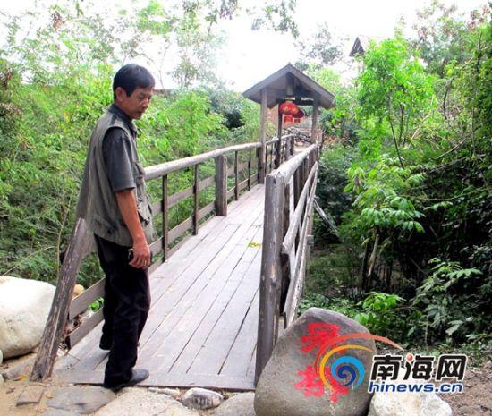 """白沙河谷内的""""呆桥"""",袁金华说,谷内的""""笨门""""、""""愚门""""、""""歪桥""""等名称代表了他自嘲的心态。(南海网记者李晓梅摄)"""