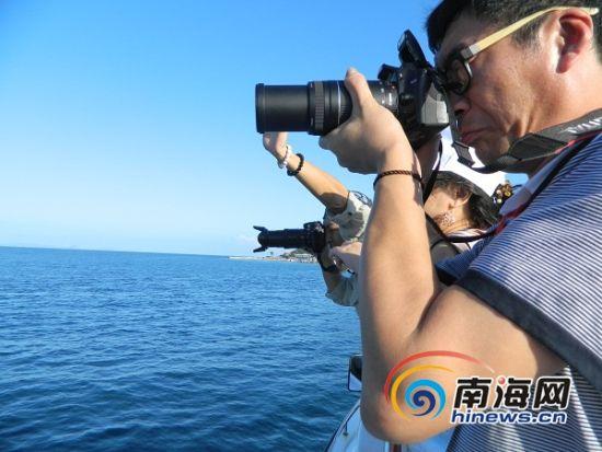 网友在前往分界洲岛的路上,为大海的美景所吸引,纷纷拿出相机拍摄。(南海网记者谭邦会摄)