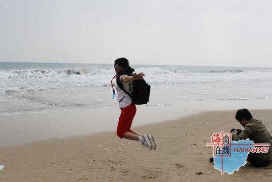 网友在万宁石梅湾海边热情地拍照留影