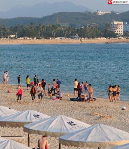 众多游客在海边游玩。与寒冷的北方相比,正值旅游旺季的海南三亚气候依然如夏。众多游客在三亚海边戏水、晒日光浴,享受着天涯海角的独特气候。 新华社记者 侯建森摄