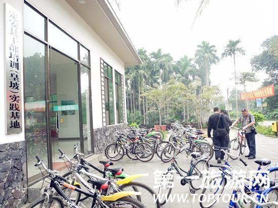 单车租赁点位于皇坡村入口前行25米处。