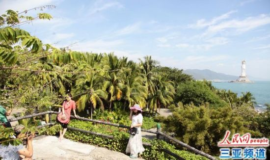 游客在南山寺观海平台游玩