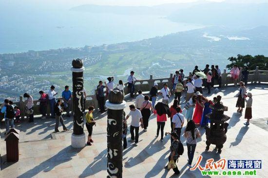 元旦期间游客在亚龙湾热带天堂森林公园游玩