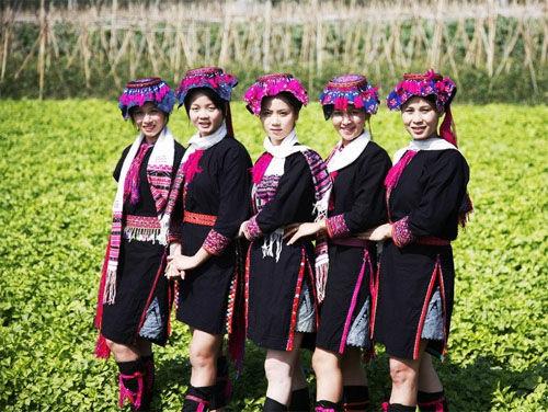 独特民族服饰的黎族姑娘