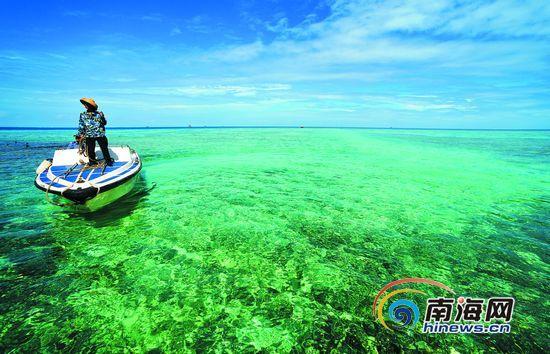 美济礁珊瑚浅滩,海水清澈见底。