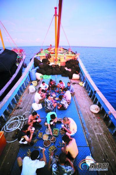 晋卿岛附近,甲板上的晚餐香气扑鼻。