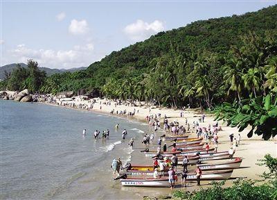 冬日的海南三亚海滨 吸引了大批游客来此休闲度假