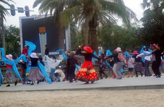 花样繁多的中老人健身广场舞