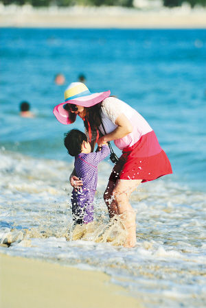 游客在三亚海边戏水玩耍。 新华社记者 侯建森 摄