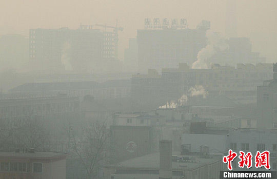 1月8日,浓重雾霾紧锁北京。图为当日下午北京的雾霾景象。中新社记者 邹宪 摄