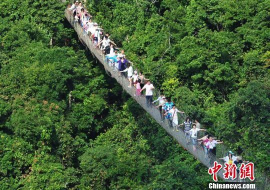 海内外游客高兴地在海南三亚旅游区旅游度假。 黄庆优 摄