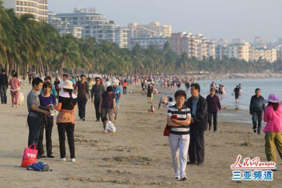 游客市民漫步三亚湾