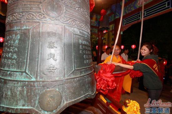 资料图:2012除夕夜,南山寺僧人和游客撞钟祈福