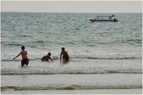 海,他们仨欢乐的天地。追逐嬉戏,无忧无虑地时光在海边最能感受。