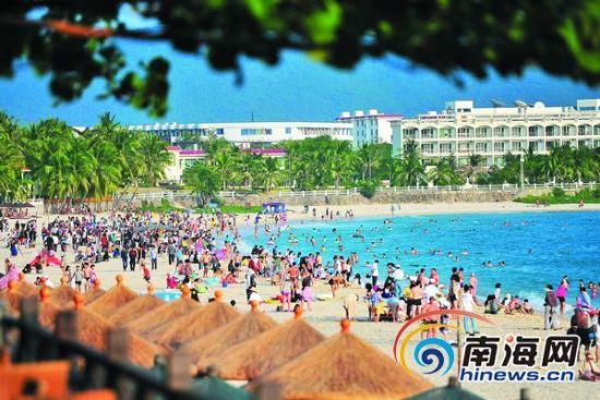 游客在三亚大东海沙滩享受阳光。南国都市报通讯员奇凡摄