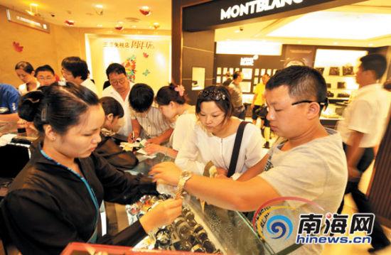 三亚免税店吸引越来越多的游客前来购物。南国都市报记者刘孙谋摄