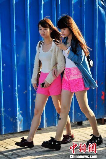 海南高温市民夏装出行。 骆云飞 摄