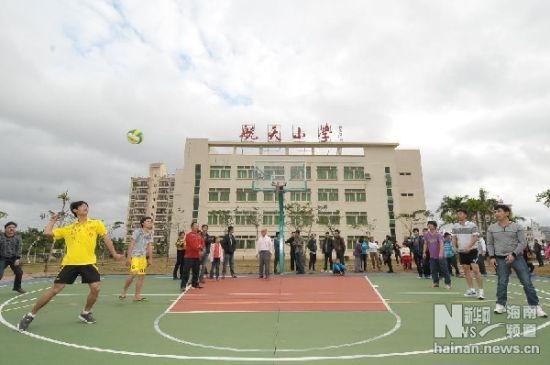 2月10日,准备参加排球比赛的居民在航天小学的操场热身。