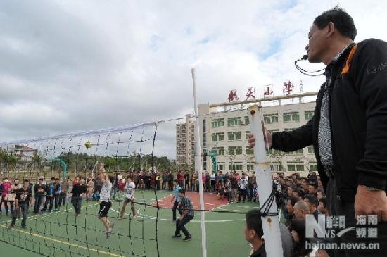 2月10日,居民们在进行排球比赛。新华社记者魏骅摄