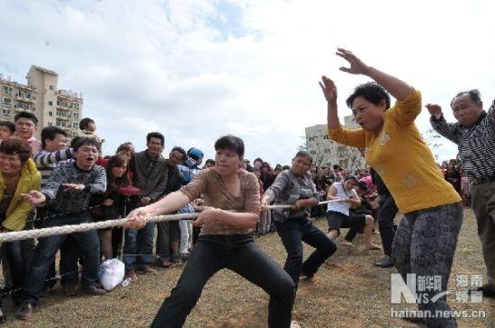 2月10日,居民在进行拔河比赛。新华社记者魏骅摄