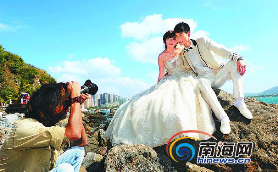 2月14日,游客在三亚大东海祈福栈道拍摄婚纱照。苏建强 摄