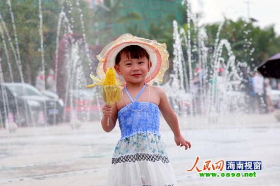 一小朋友在呀诺达大门区喷泉处快乐留影
